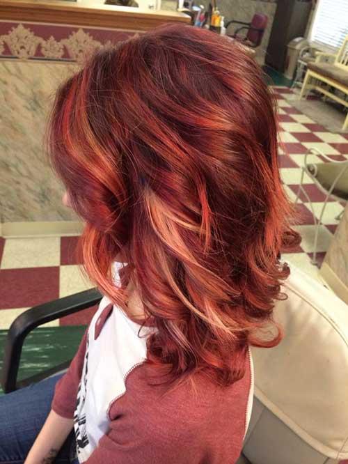 cabelo loiro escuro pintado de vermelho com mechas