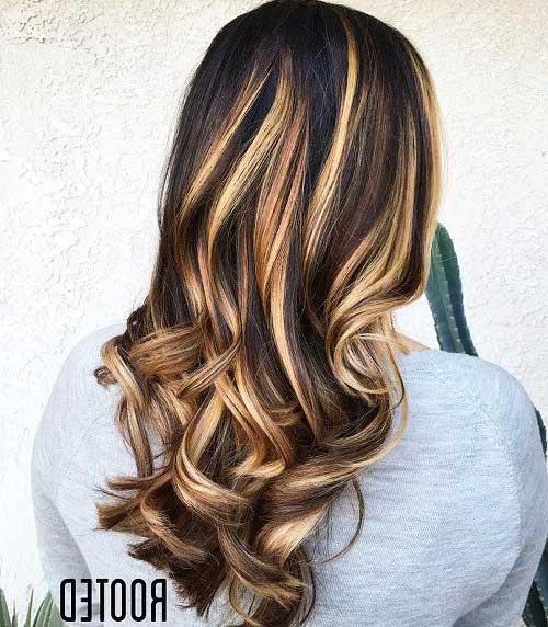 cabelos pretos com mechas loiras