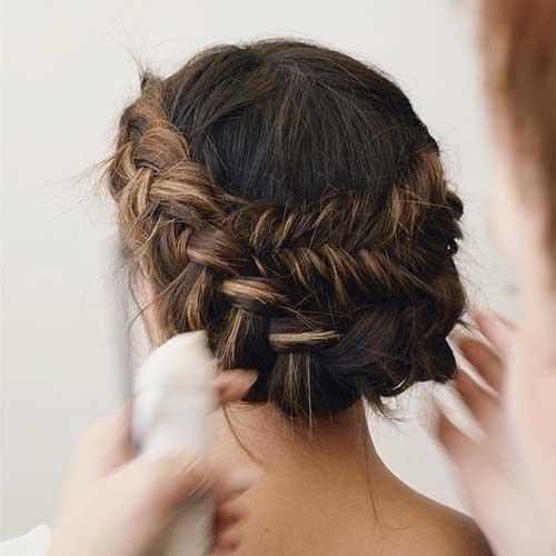 cabelo com luzes de noiva morena penteado em coque
