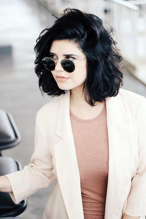 cabelos curtos ondulados e negros