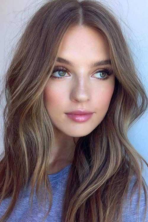 cabelo feminino loiro escuro com franja iluminada