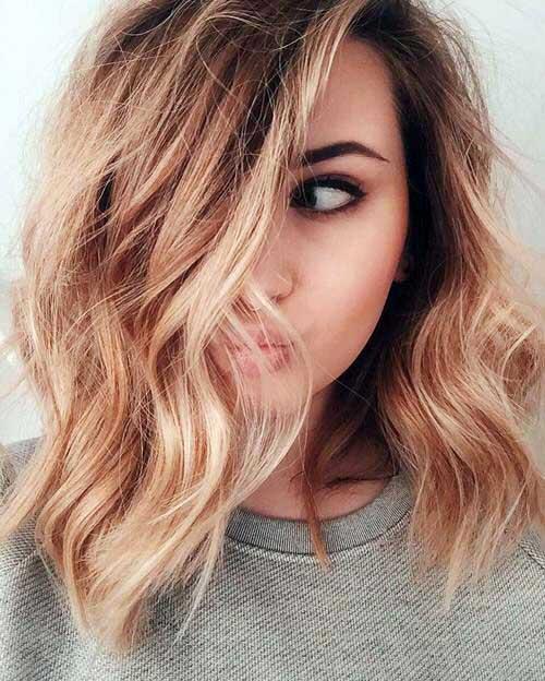 cabelo cor de mel de mulher brincalhona