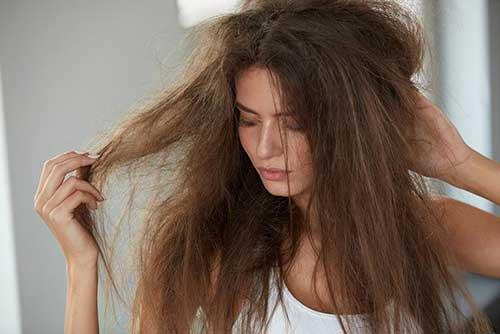 foto de cabelo rebelde em moça entristecida