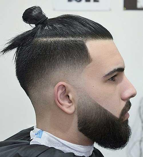 imagem de cabelo raspado nos lados com coque samurai