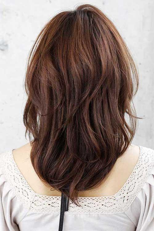 cabelos medios cortados em v ou u