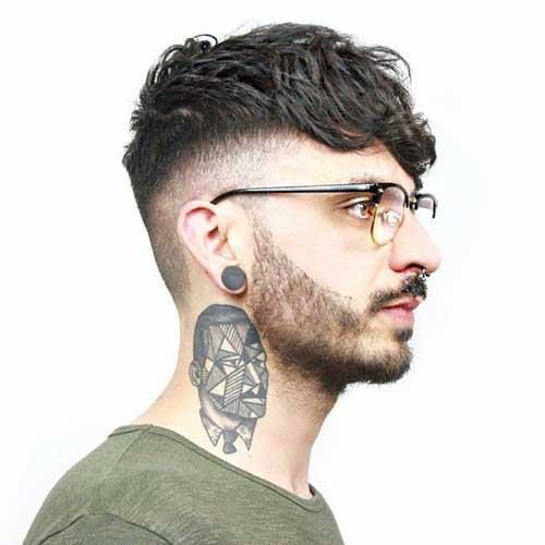 imagem do cabelo undercut misturado com tatuagem
