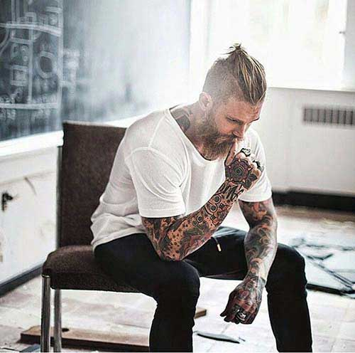 cabelo top knot em homem tatuado