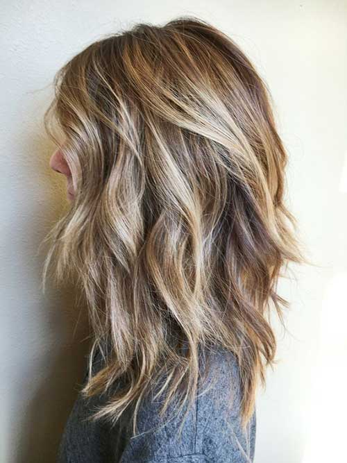 cabelo medio em degrade com iluminaçao loira