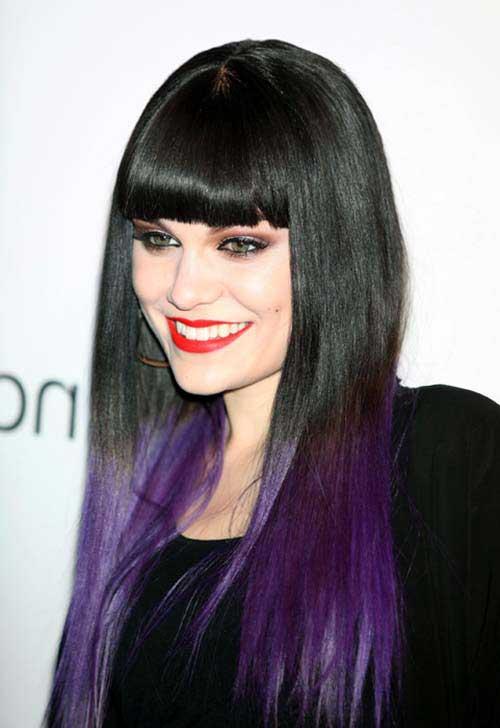cantora famosa com cabelo preto e roxo