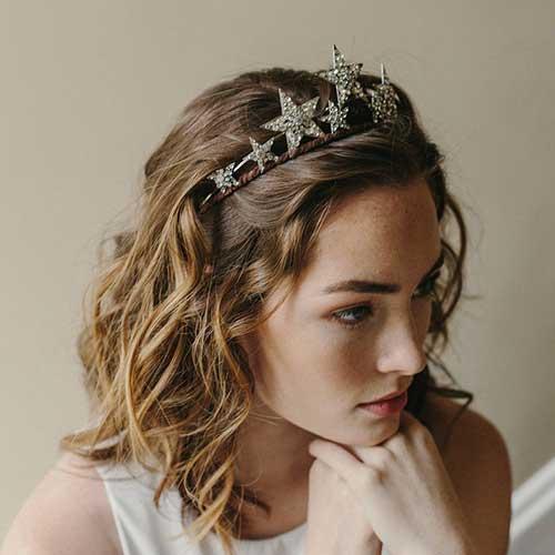 cabelos soltos com tiara de estrelinha (o cabelo é curto mas o estilo também serve pra cabelo grande)