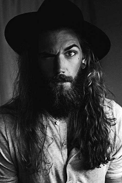 homem com cabelo grande