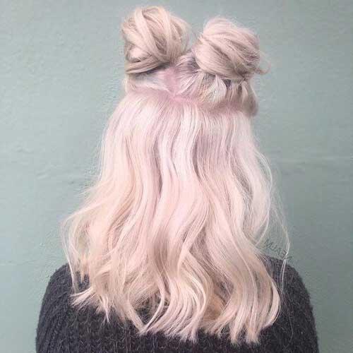 coque duplo meio solto em cabelo rosa