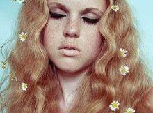 cabelos enfeitados com flores de acessorio