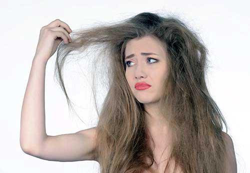 cabelo com muito frizz feio