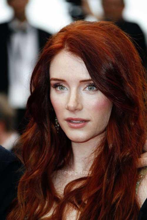 cabelos e sobrancelhas vermelhos escuros