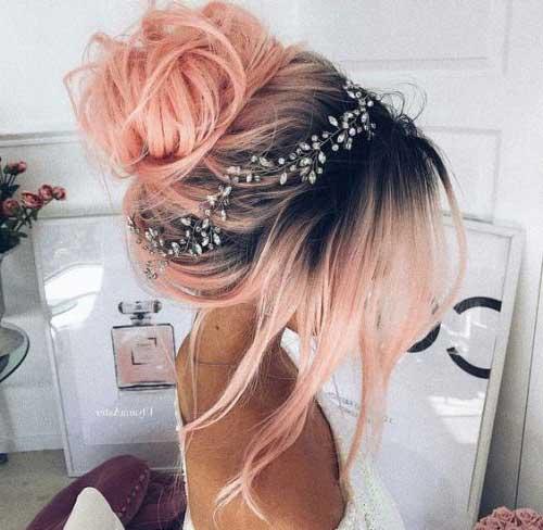 coque em cabelo colorido bagunçado com franja