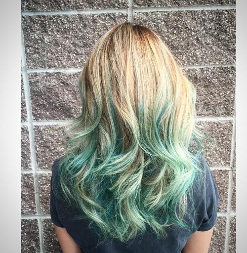 cabelo loiro com mechas verdes