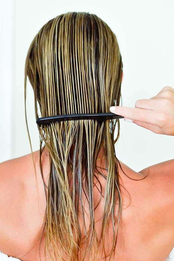seus cabelos devem ser penteados enquanto úmidos