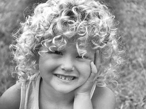 cabelo de criança cacheada solto