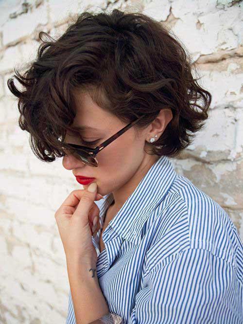 cabelo ondulado cacheado curto bem penteado