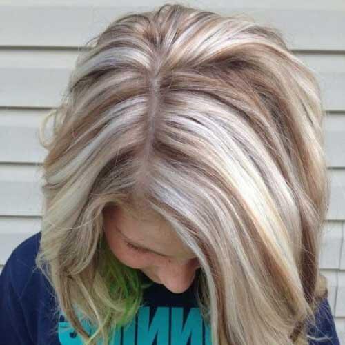 cabelo loiro com mechas invertidas platinadas