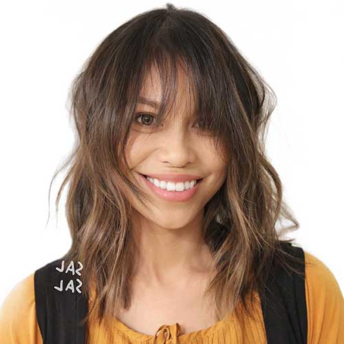 cabelo ondulado com franja longa