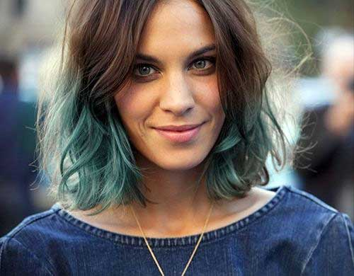 cabelo castanho claro com mechas azul turquesa