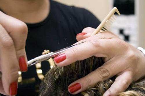 cabelos com as pontas aparadas com corte bordado