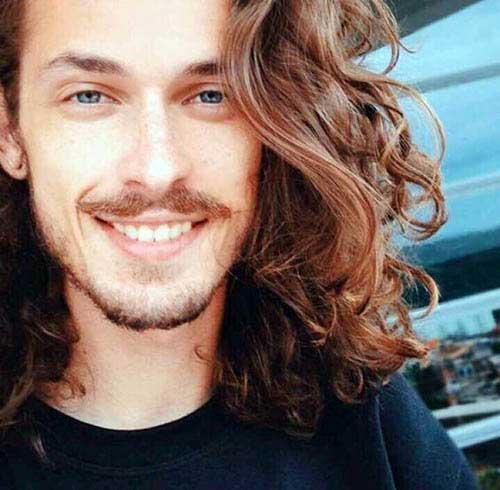 homem de cabelo longo