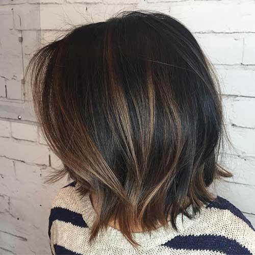 cabelo curto escuro com luzes chocolate