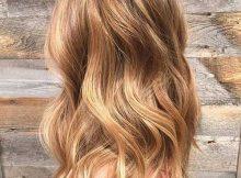 cabelos com luzes douradas
