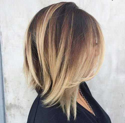 cabelo castanho curto com luzes loiras