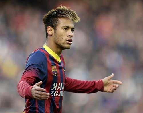 penteado mais discreto em 2013 para se apresentar ao Barcelona