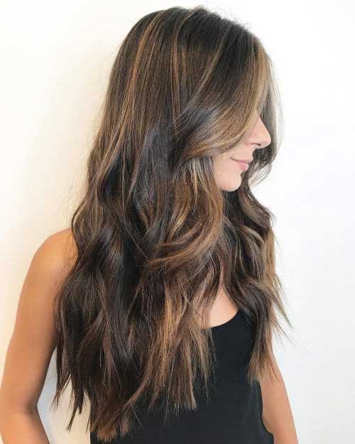 foto de cabelo marrom com mechas babylight