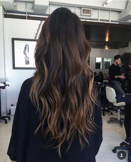 cabelo marrom com luzes no tom de mel