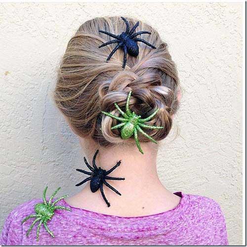 cabelos loiros decorados com aranhas