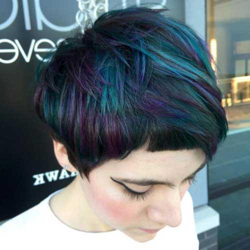 cabelos curtos com mechas coloridas