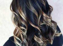 mechas loiras no cabelo escuro