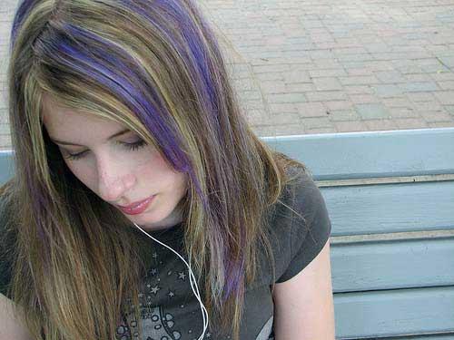 cabelo curto loiro e roxo