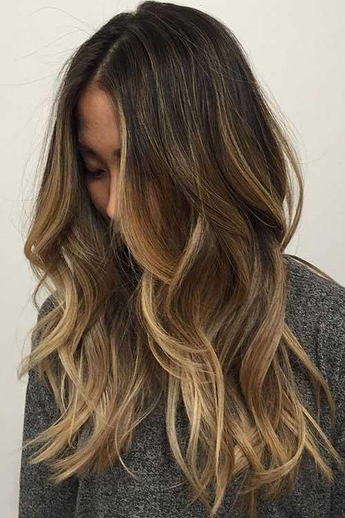 cabelos castanhos bem escuros com mechas loiras