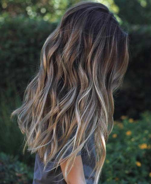 cabelo marrom com mechas loiras acinzentadas