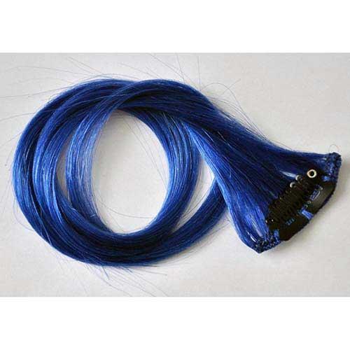 cabelos com mechas azuis
