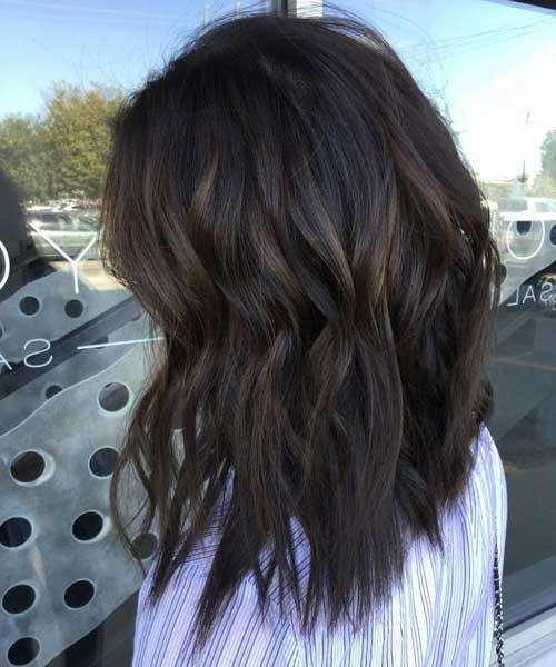 cabelo castanho quase preto com mechas escuras