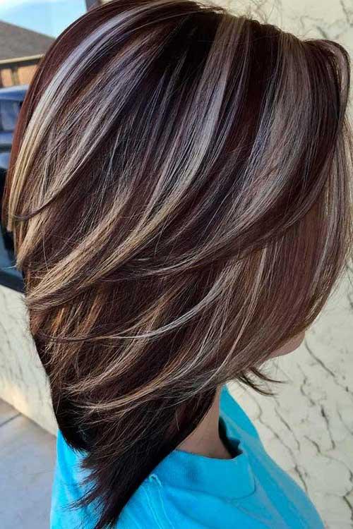 cabelo marrom curto com mechas loiras