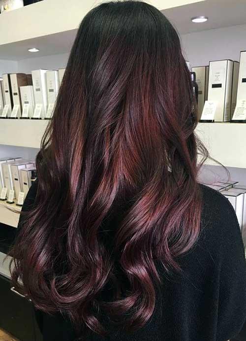 tom avermelhado quase vinho no cabelo escuro