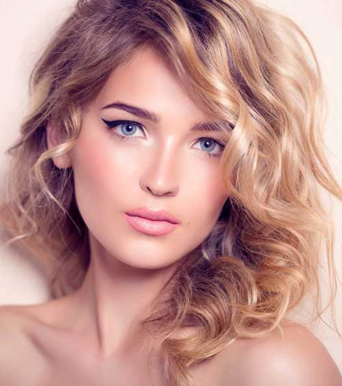 cabelo feminino ondulado com luzes