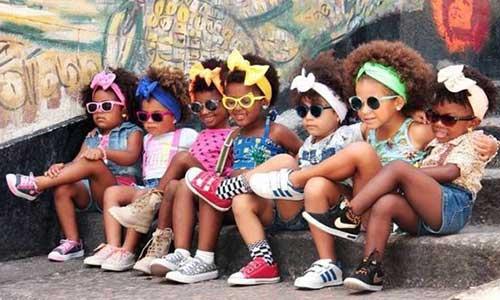 cabelos infantis com cachos bem definidos