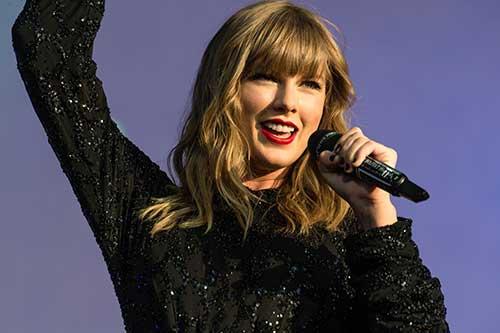 em 2019, cabelos long bob com franja típica da cantora