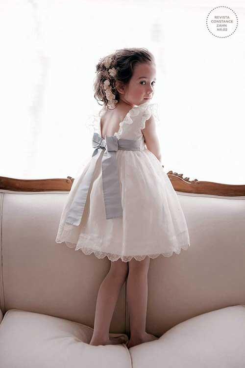 daminha criança linda convidada de casamento