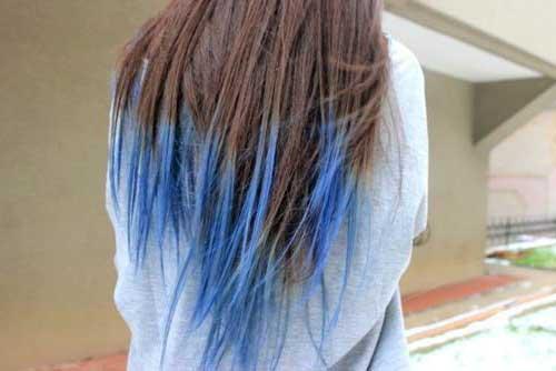 cabelo castanho com mecha azul nas pontas